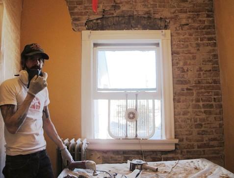 «Оголяем» стену в кирпичном доме