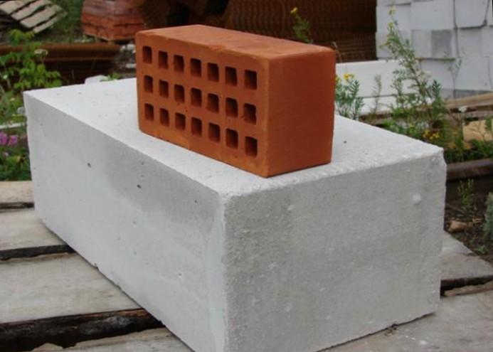 кирпич или газобетонные блоки